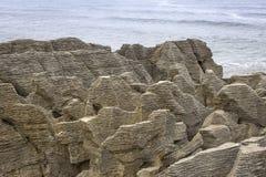 在太平洋的薄煎饼岩石,Westcoast,新西兰 免版税库存照片