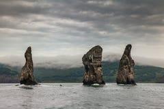 在太平洋的Avacha海湾的三个兄弟岩石 堪察加海岸  免版税库存图片