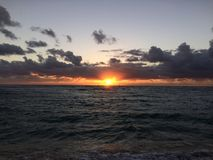 在太平洋上的日出-从Kapaa海滩公园的看法在考艾岛海岛,夏威夷上 免版税图库摄影
