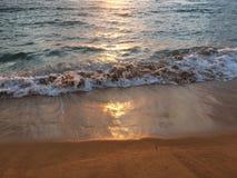 在太平洋上的日出-从Kapaa海滩公园的看法在考艾岛海岛,夏威夷上 免版税库存照片