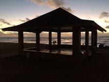 在太平洋上的日出-从Kapaa海滩公园的看法在考艾岛海岛,夏威夷上 免版税库存图片