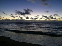 在太平洋上的日出-从Kapaa海滩公园的看法在考艾岛海岛,夏威夷上 库存图片