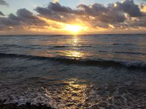 在太平洋上的日出-从Kapaa海滩公园的看法在考艾岛海岛,夏威夷上 图库摄影