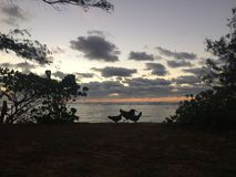 在太平洋上的日出-从Kapaa海滩公园的看法在考艾岛海岛,夏威夷上 库存照片