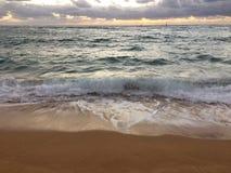 在太平洋上的黎明-从Kapaa海滩公园的看法在考艾岛海岛,夏威夷上 免版税库存照片