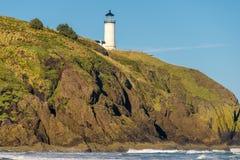 在太平洋海岸的北部顶头灯塔,在1898年修造 免版税库存照片