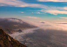 在太平洋海岸高速公路,大瑟尔,加利福尼亚的雾 库存图片