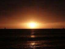 在太平洋的剧烈的日落在威基基附近 库存图片