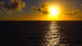 在太平洋的日落在离夏威夷的海岸的附近 库存照片