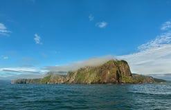 在太平洋的Avacha海湾的岩石 堪察加海岸  免版税图库摄影
