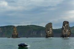 在太平洋Avacha海湾的三个兄弟岩石  堪察加海岸  库存照片