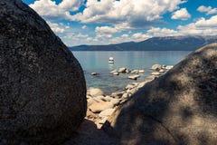 在太浩湖的小船在烟囱海滩附近 库存图片