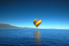 在太浩湖的热空气气球 免版税图库摄影