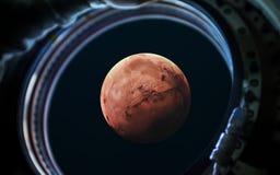 在太空船窗口舷窗的火星行星 美国航空航天局装备的这个图象的元素 库存照片