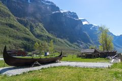 在太阳下的一条老北欧海盗小船在Gudvangen 免版税库存照片