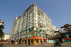 在太阳下的雅安中国高现代多层的房子 图库摄影