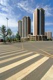在太阳下的雅安中国高现代多层的房子 免版税库存照片