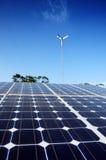 在太阳农厂关闭的太阳能电池盘区 免版税库存图片
