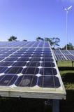 在太阳农厂关闭的太阳能电池盘区 免版税库存照片