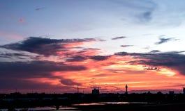 在太阳前的天空下来 免版税库存图片