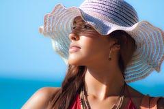 在太阳帽子的西班牙时装模特儿在海滩 免版税库存图片
