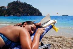 在太阳床上的妇女 免版税图库摄影