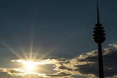 在太阳旁边的电视塔 库存照片