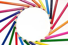 在太阳旋转形状的五颜六色的铅笔  免版税图库摄影