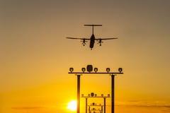 在太阳期间的飞机着陆 免版税库存照片
