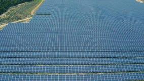 在太阳电池板农场的鸟瞰图 股票视频