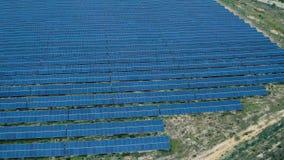 在太阳电池板农场的鸟瞰图 影视素材