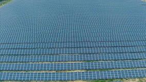 在太阳电池板农场的鸟瞰图 股票录像