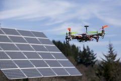 在太阳电池板的Dron 图库摄影