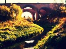 在太阳的曲拱桥梁 免版税库存照片