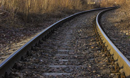 在太阳的温暖的射线的铁路轨道 库存照片