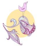 在太阳的背景的唱歌鸟在一种淡紫色颜色的 免版税库存照片