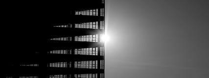 在太阳的背景的大厦 免版税库存照片