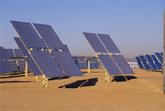 在太阳能工厂的太阳电池板在加利福尼亚 免版税库存图片