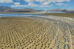 在太阳能电池的发电站 供选择的能源是太阳电池板 免版税图库摄影