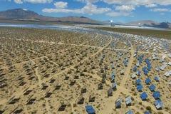 在太阳能电池的发电站 供选择的能源是太阳电池板 免版税库存图片