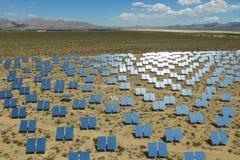 在太阳能电池的发电站 供选择的能源是太阳电池板 免版税库存照片