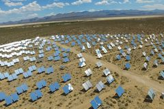 在太阳能电池的发电站 供选择的能源是太阳电池板 库存照片