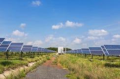 在太阳能驻地的太阳电池板 库存图片