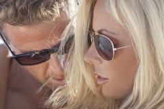在太阳镜的性感的男人和妇女夫妇 免版税库存照片