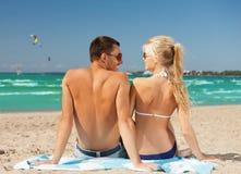在太阳镜的愉快的夫妇在海滩 图库摄影