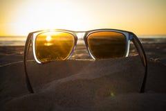 在太阳镜的日落 免版税库存图片