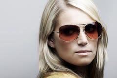 在太阳镜的美好的白种人女性模型 免版税库存照片