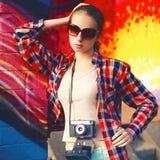 在太阳镜的街道时尚画象时髦的俏丽的妇女模型 免版税库存图片