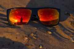 在太阳镜的软的焦点 免版税库存照片