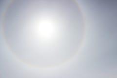 在太阳附近的一条彩虹在天气前的下午恶化的光晕 图库摄影